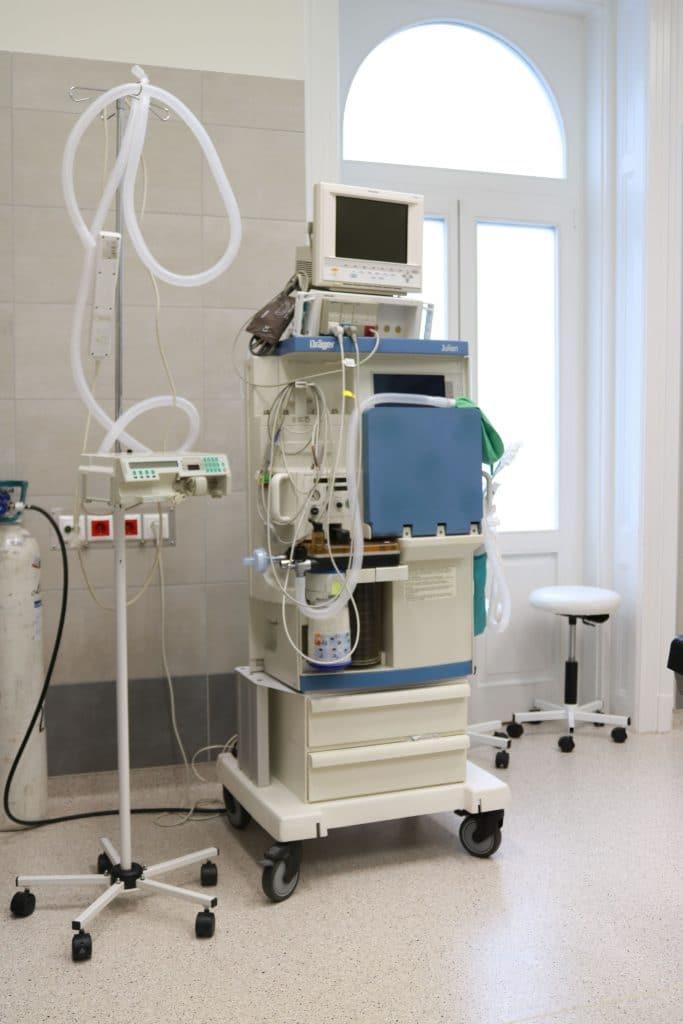 Korszerű eszközökkel felszerelt sebészeti műtő